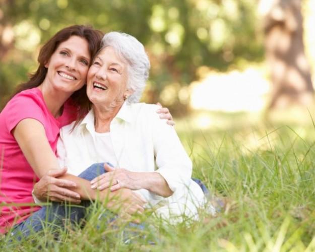 mulher-com-os-pais-idosos-5619